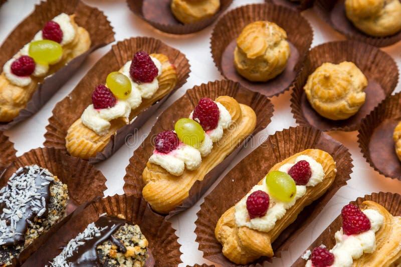 Tabla del postre para un partido Torta de Ombre, magdalenas Barra de caramelo fotografía de archivo libre de regalías