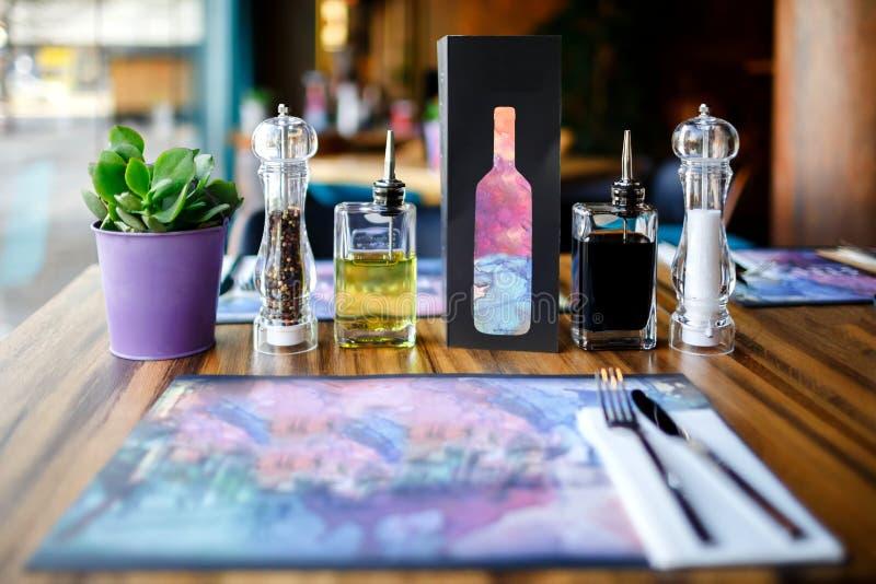 Tabla del restaurante, arreglo fotografía de archivo libre de regalías