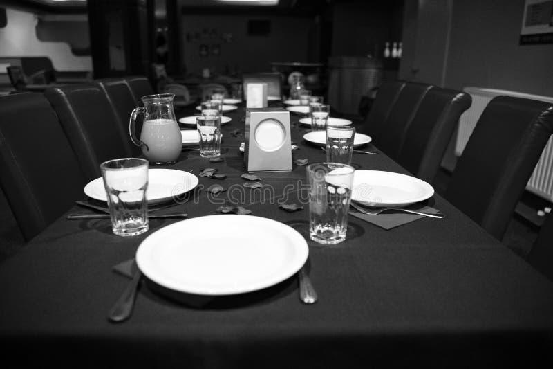 Tabla del restaurante servida con las placas y los vidrios Tabla preparada para el partido en caf? o restaurante Abastecimiento y foto de archivo