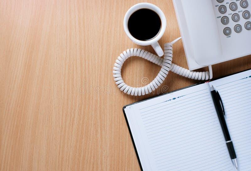 Tabla del servicio de atención al cliente con café, las notas y la pluma fotografía de archivo