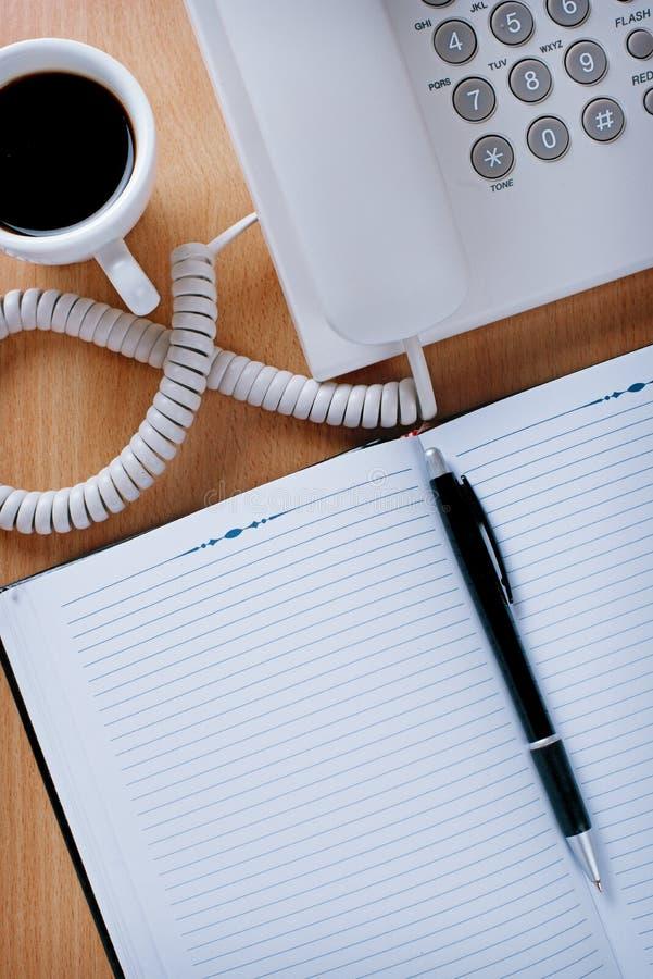 Tabla del servicio de atención al cliente con café, las notas y la pluma imágenes de archivo libres de regalías