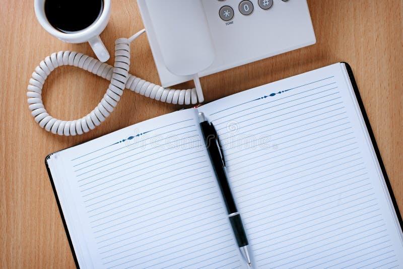 Tabla del servicio de atención al cliente con café, las notas y la pluma fotografía de archivo libre de regalías