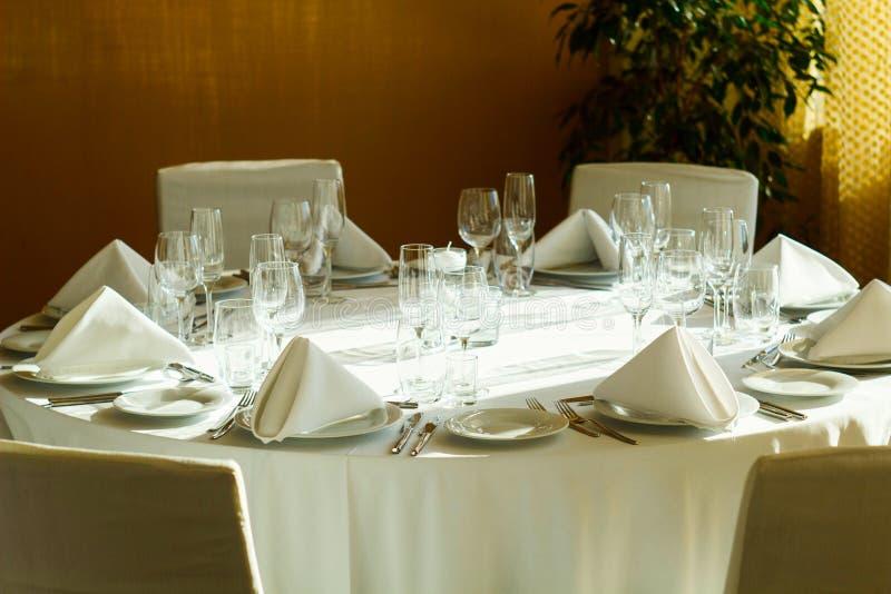 Tabla del servicio de cena en el restaurante fotografía de archivo libre de regalías