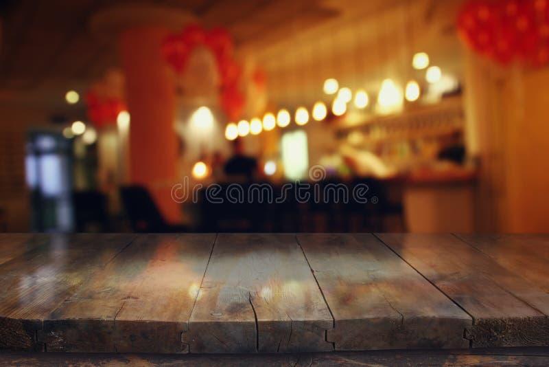 tabla delante de luces borrosas extracto del restaurante imagen de archivo libre de regalías