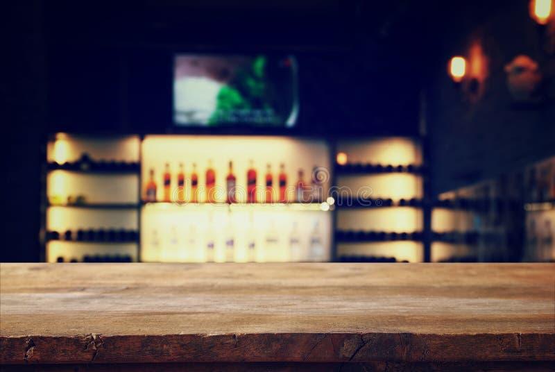tabla delante de luces borrosas extracto del restaurante fotos de archivo