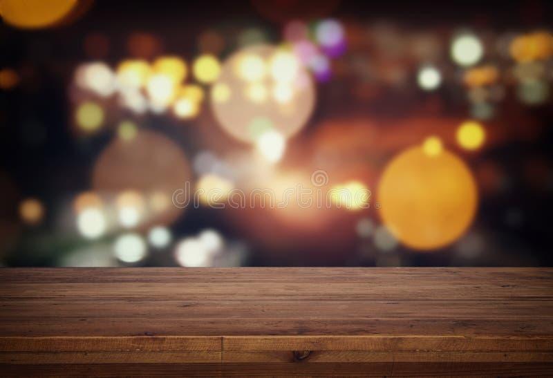 tabla delante de luces borrosas extracto del restaurante fotos de archivo libres de regalías
