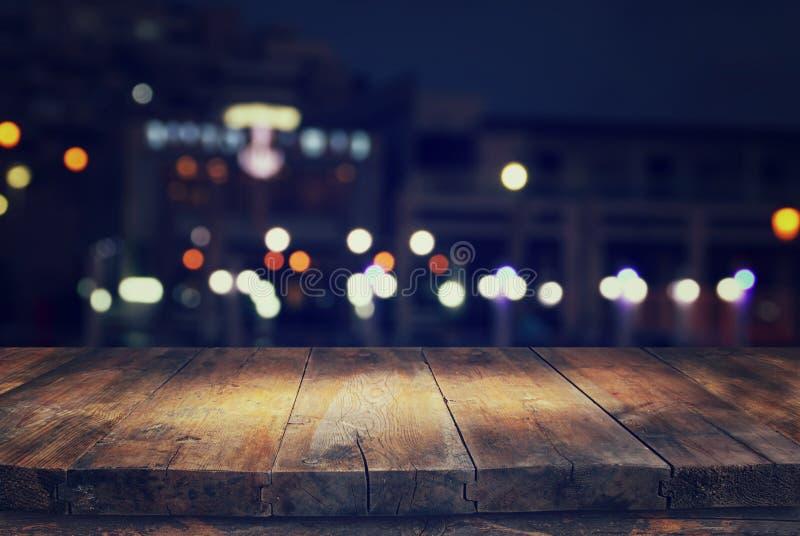 tabla delante del fondo abstracto de las luces del restaurante imagenes de archivo