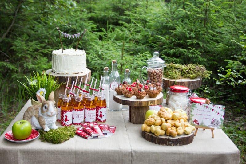 Tabla en el bosque adornado al cumpleaños foto de archivo libre de regalías