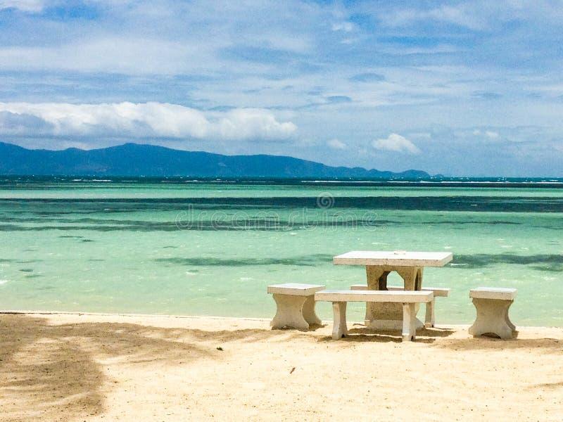 Tabla en la playa del paraíso imagenes de archivo