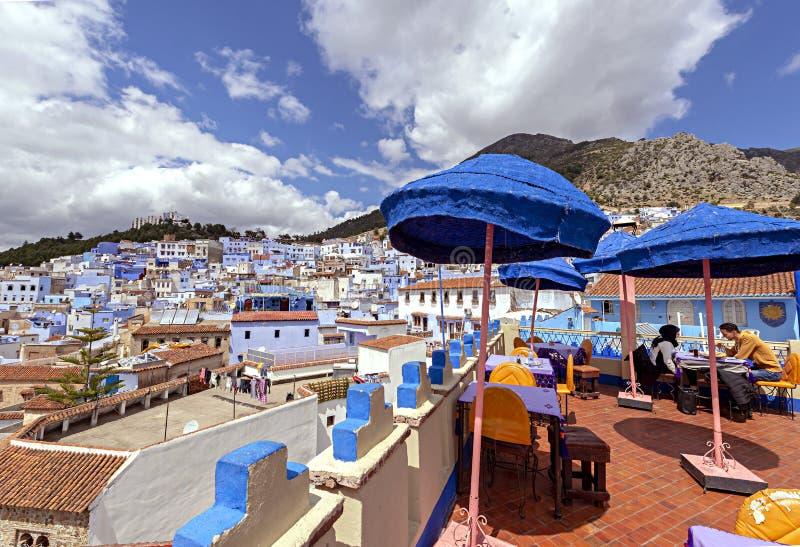 Tabla en la terraza, Chefchaouen, Marruecos La ciudad azul fotografía de archivo libre de regalías