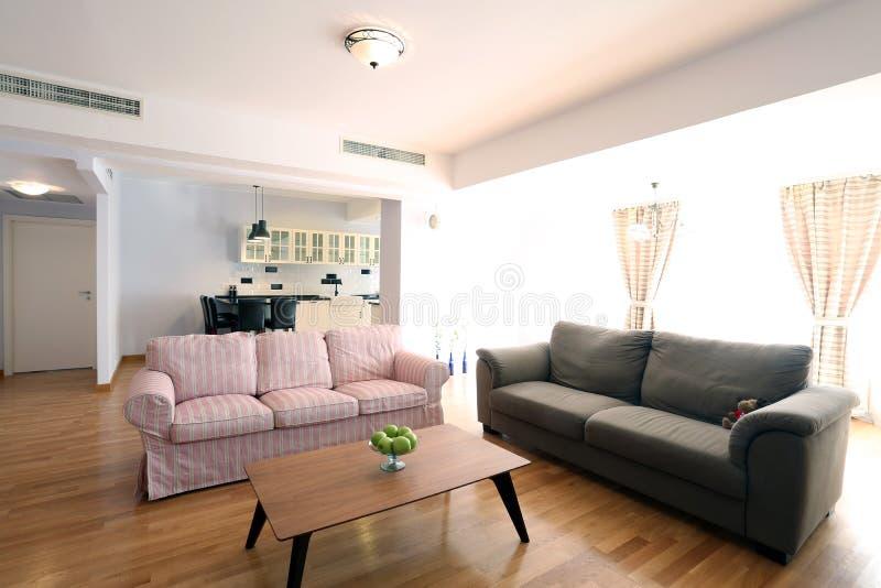 Tabla en sala de estar foto de archivo