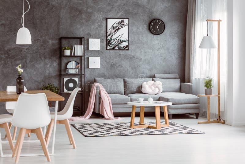 Tabla en sala de estar espaciosa imagenes de archivo