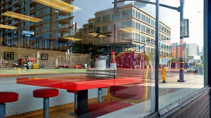 Tabla en un comensal en un centro de ciudad céntrico fotografía de archivo libre de regalías