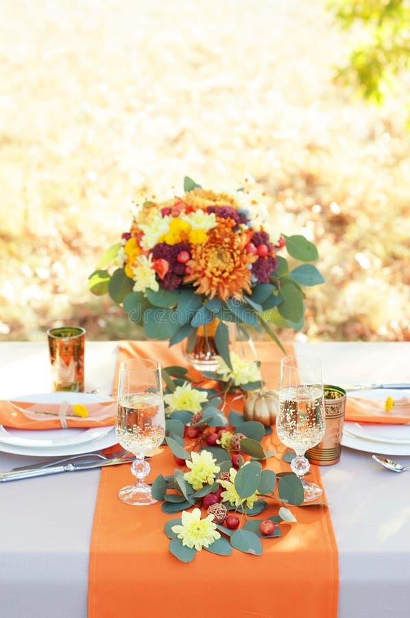 Tabla exquisitamente adornada para dos Ajuste temático de la tabla del otoño imagenes de archivo