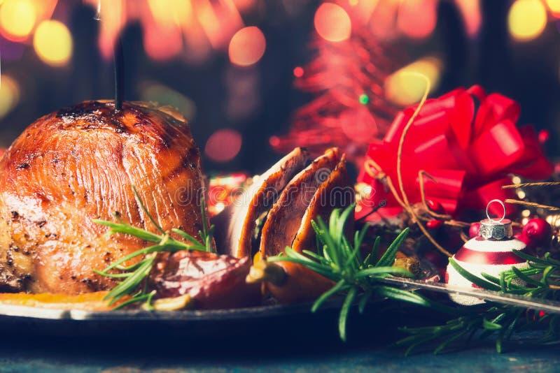 Tabla festiva de la Navidad con el jamón y la decoración apoyados imagen de archivo