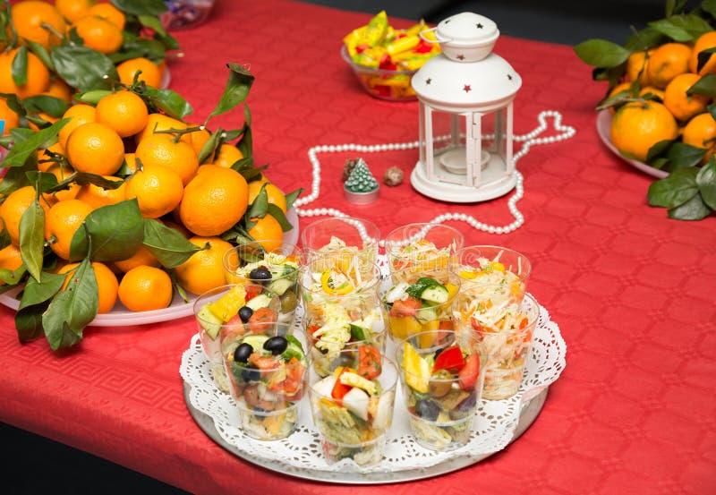 Tabla festiva de la porción con las ensaladas y las frutas foto de archivo