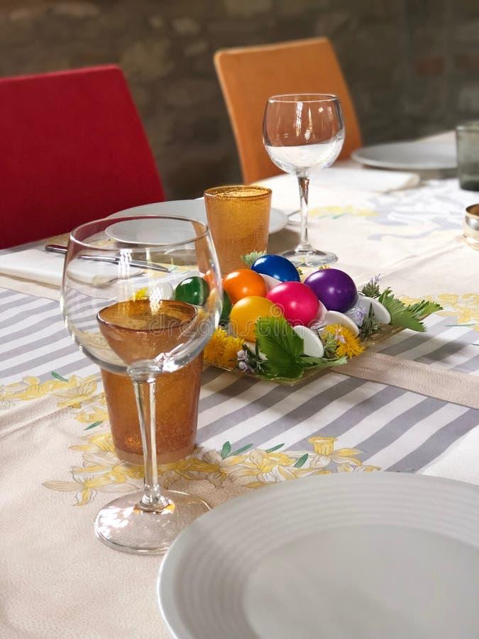 Tabla festiva de pascua con la pieza central con los huevos multicolores imagen de archivo libre de regalías