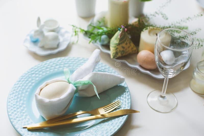 Tabla festiva de Pascua Huésped que cena el lugar adornado con la servilleta y el huevo del conejito imagen de archivo libre de regalías