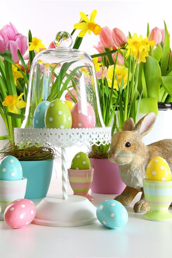 Tabla festiva del día de fiesta con las flores frescas y los huevos para Pascua fotografía de archivo
