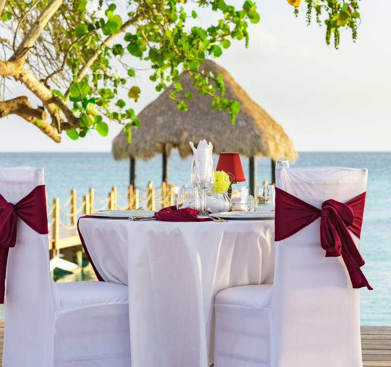 Tabla festiva en el gazebo en el dominican del Caribe de la puesta del sol imagen de archivo