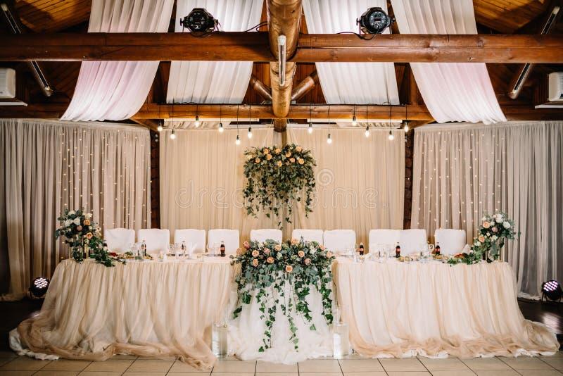 Tabla festiva para la novia y el novio adornados con el paño y f imagenes de archivo