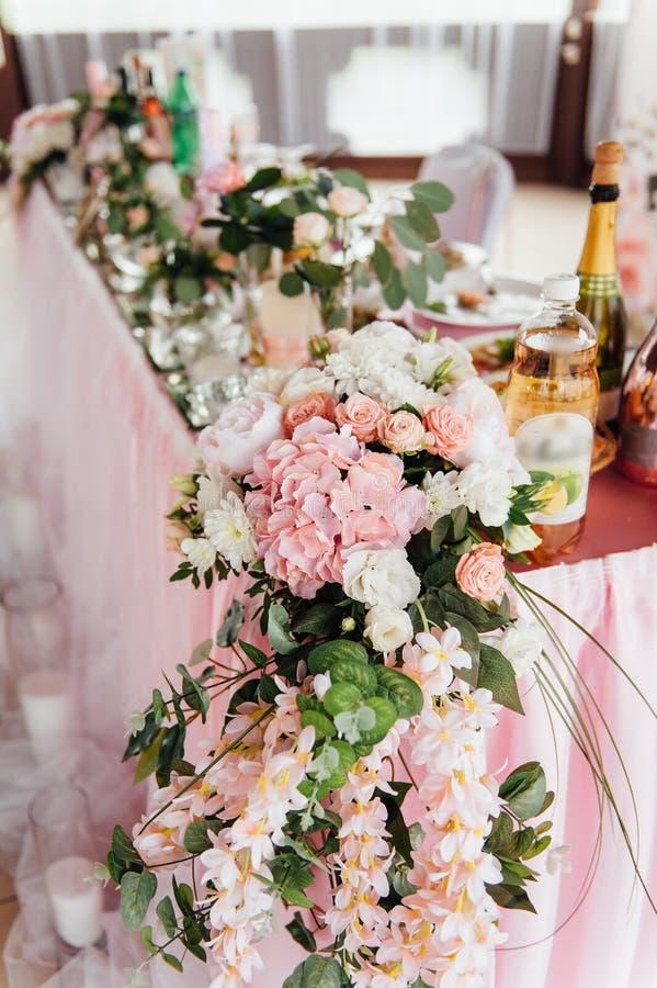Tabla festiva para la novia y el novio adornados con el paño y las flores foto de archivo