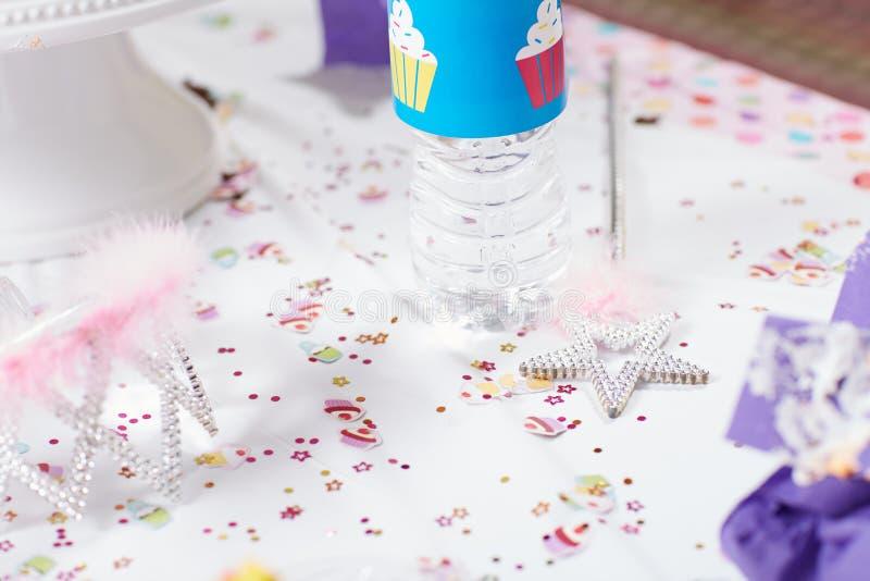 Tabla festiva para una fiesta de cumpleaños para las muchachas imágenes de archivo libres de regalías