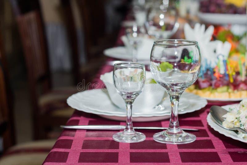 Tabla fijada para el banquete, la boda o el otro acontecimiento fotografía de archivo