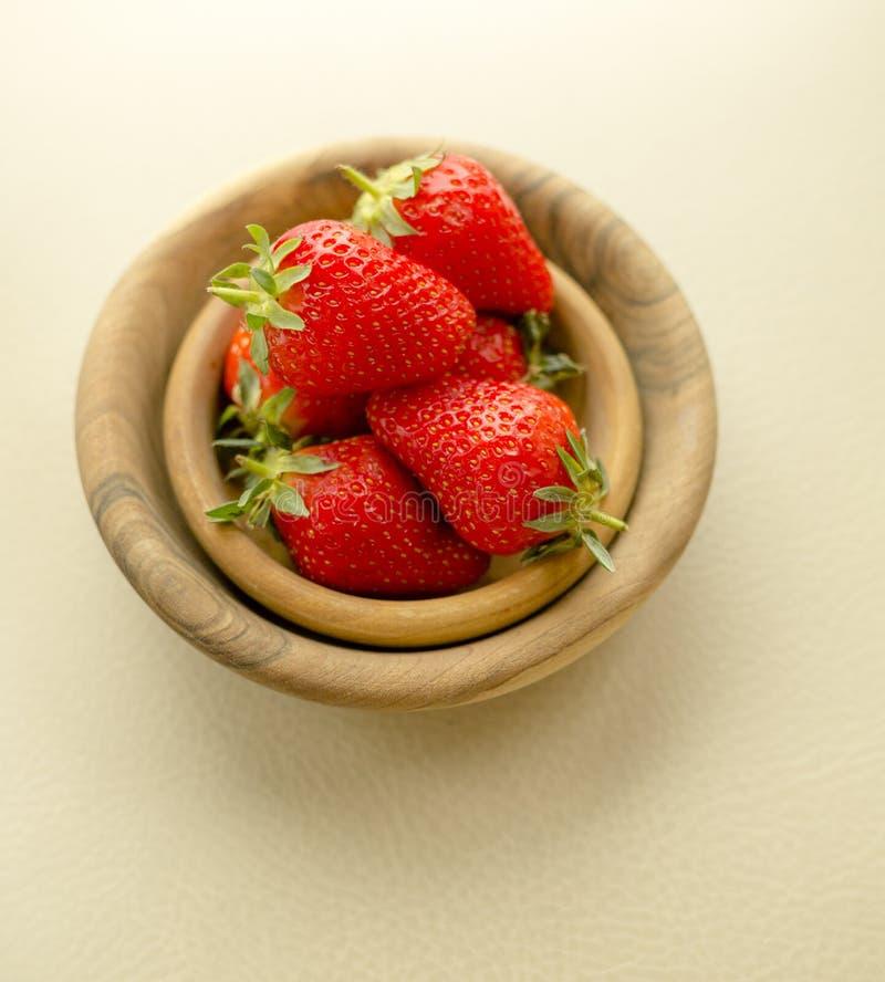 Tabla fresca de las fresas de los cuencos de madera de la visi?n superior fotos de archivo libres de regalías