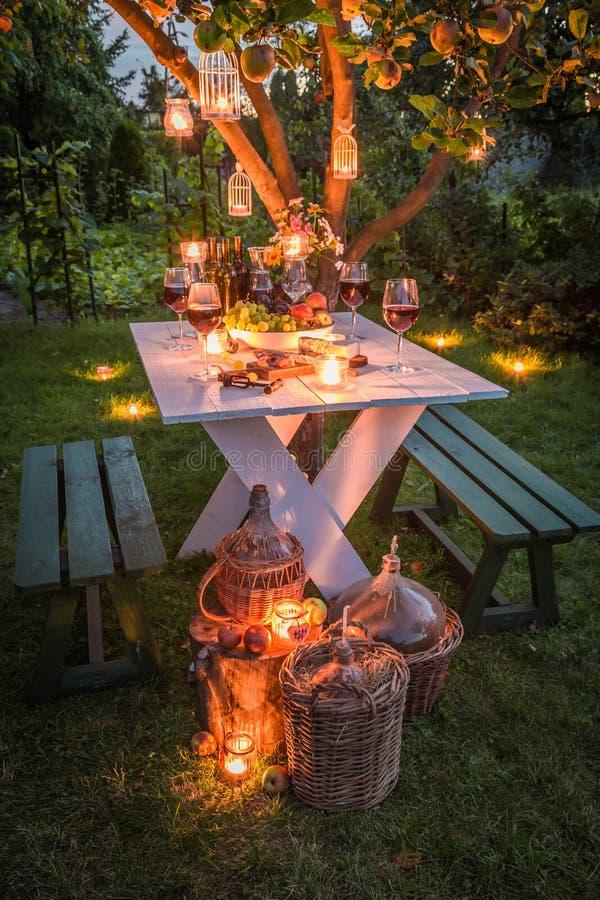 Tabla hermosa en el jardín listo a la cena en la oscuridad foto de archivo libre de regalías