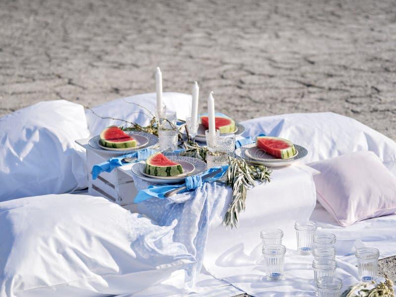 Tabla hermosa fijada con la fruta en la playa foto de archivo