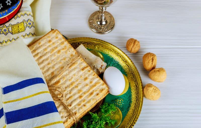 Tabla lista para el ritual tradicional de la placa del seder el día de fiesta judío de la pascua judía Taza de Kiddush, haggada,  foto de archivo