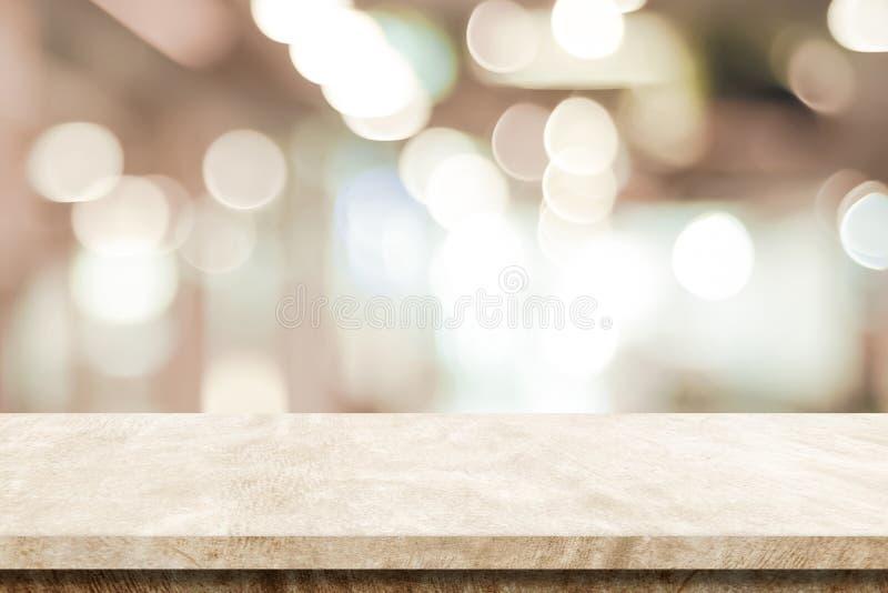 Tabla marrón vacía del cemento sobre el fondo de la tienda de la falta de definición, producto SID imagenes de archivo