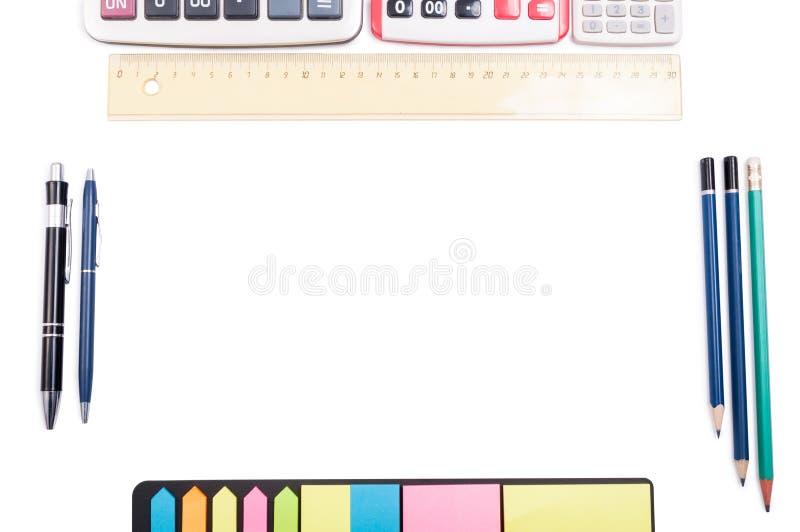 Tabla o espacio de trabajo organizada con el copyspace en blanco fotografía de archivo libre de regalías