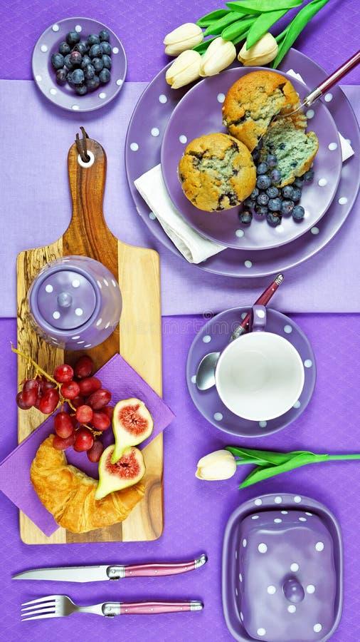 Tabla púrpura colorida del brunch del desayuno del tema que fija flatlay imagenes de archivo