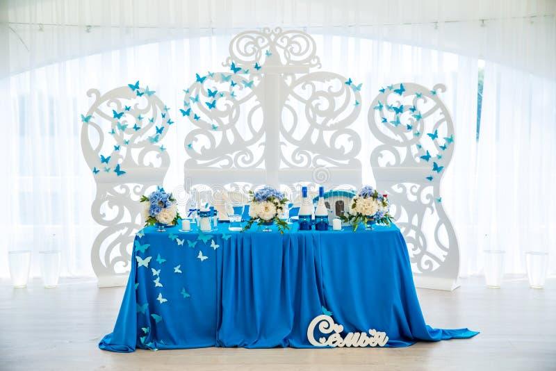 Tabla para la novia y el novio en el pasillo de la boda imagen de archivo libre de regalías