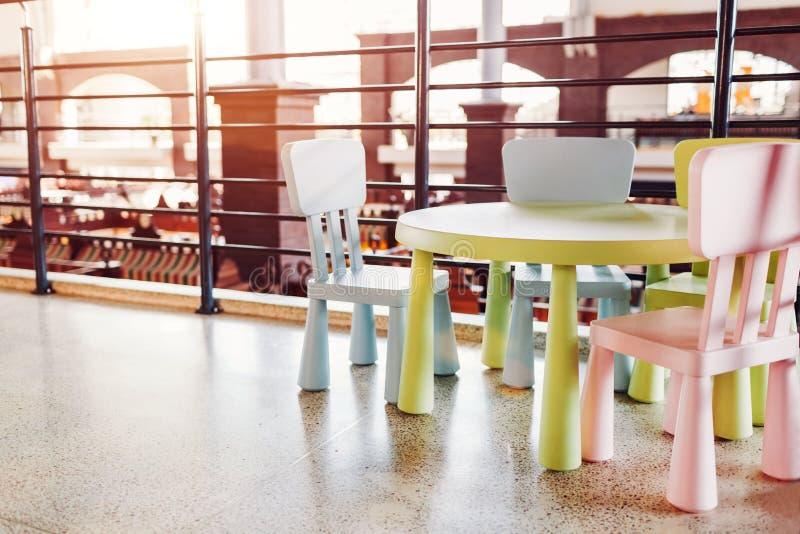 Tabla para los niños en café Sitio de juego para los niños en centro comercial Lugar de la familia a relajarse después de hacer c foto de archivo libre de regalías