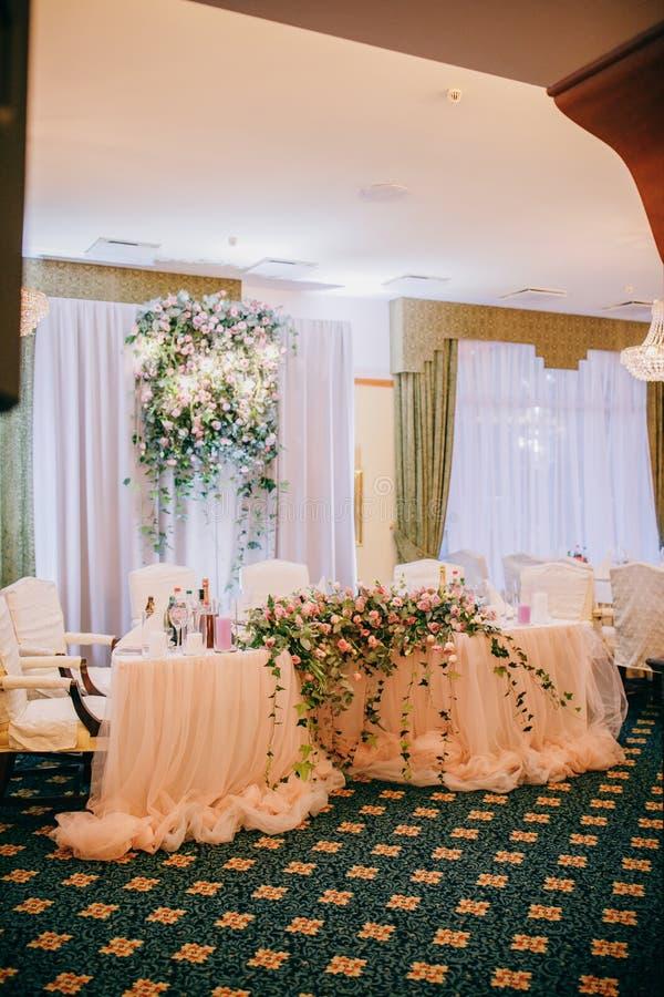 Tabla para los recienes casados Recepción nupcial Arreglo elegante de la tabla de la boda, decoración floral, restaurante fotografía de archivo