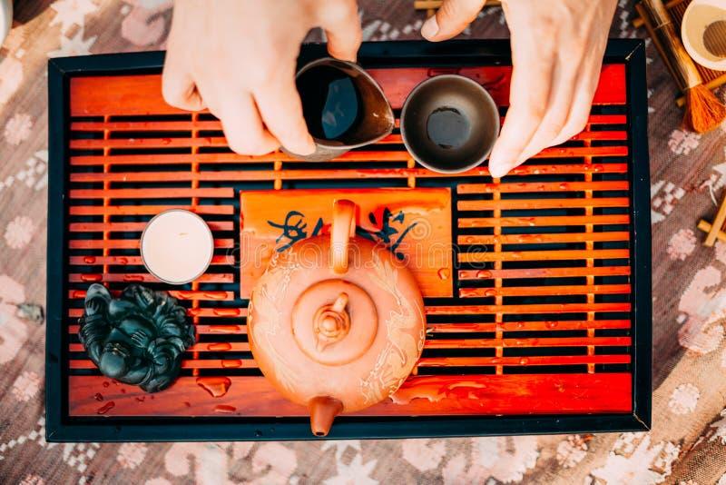 Tabla para los utensilios tradicionales de la ceremonia de té, la tetera china y la taza de té imágenes de archivo libres de regalías