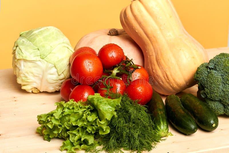 Tabla por completo de lechuga fresca, tomates, calabaza, bróculi, cogido de campo orgánico imagen de archivo libre de regalías