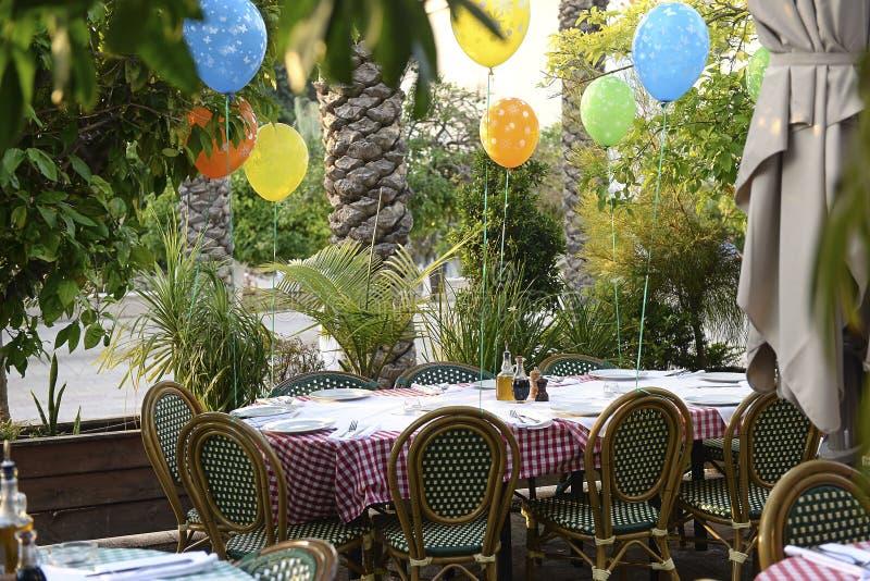 Tabla preparada del cumpleaños en el restaurante italiano imágenes de archivo libres de regalías