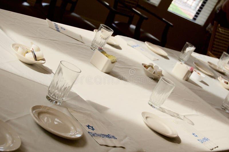 Tabla que es preparada para una cena judía de Sedar imágenes de archivo libres de regalías