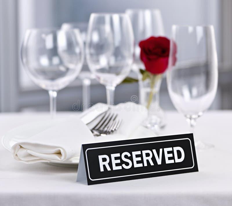 Tabla Reservada En El Restaurante Romántico Foto de archivo ...