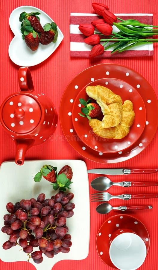 Tabla roja colorida del brunch del desayuno del tema que fija flatlay foto de archivo libre de regalías