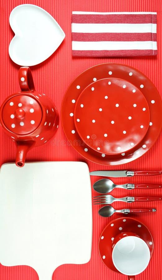 Tabla roja colorida del brunch del desayuno del tema que fija flatlay fotografía de archivo libre de regalías
