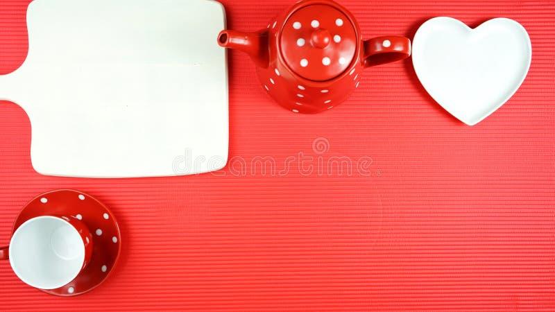 Tabla roja colorida del brunch del desayuno del tema que fija flatlay con el espacio de la copia imagen de archivo