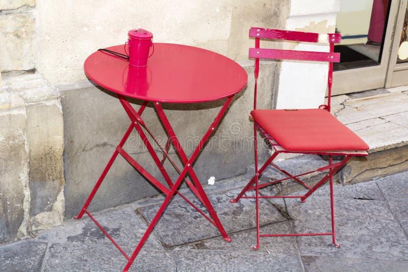 Tabla roja con la silla roja imágenes de archivo libres de regalías