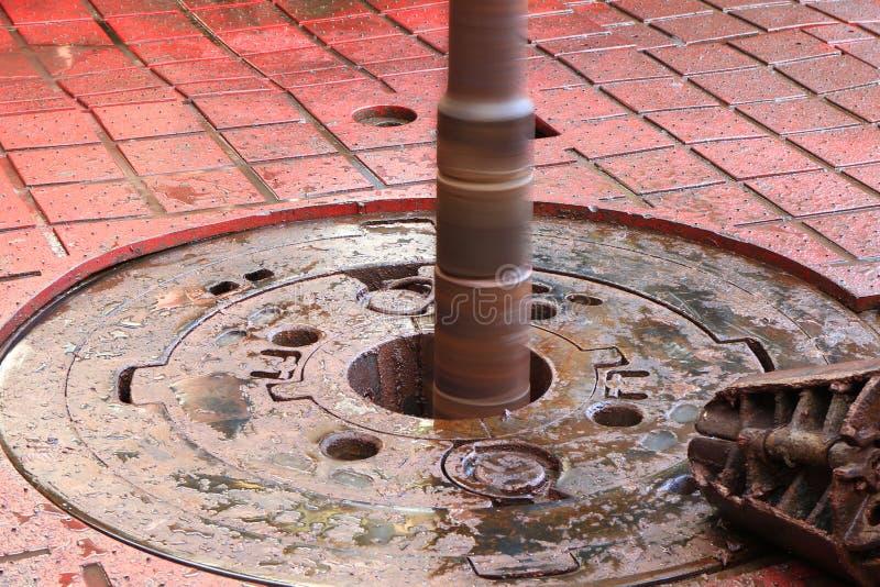 Tabla rotatoria mientras que pozo y tubo de petróleo de la perforación que son girados fotografía de archivo libre de regalías