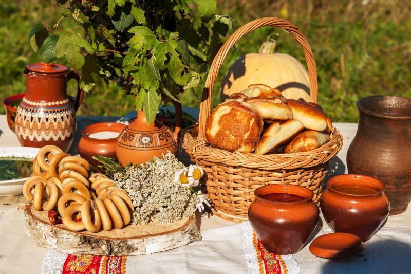 Tabla rusa con la comida fotos de archivo