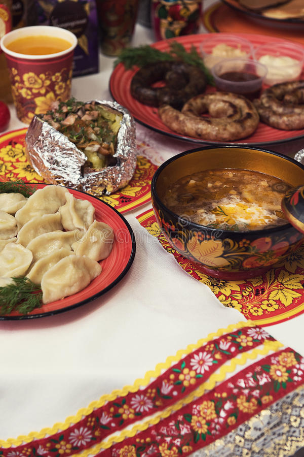 Tabla rusa con la comida foto de archivo